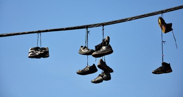 misterio resuelto descubre por qu hay zapatos colgados